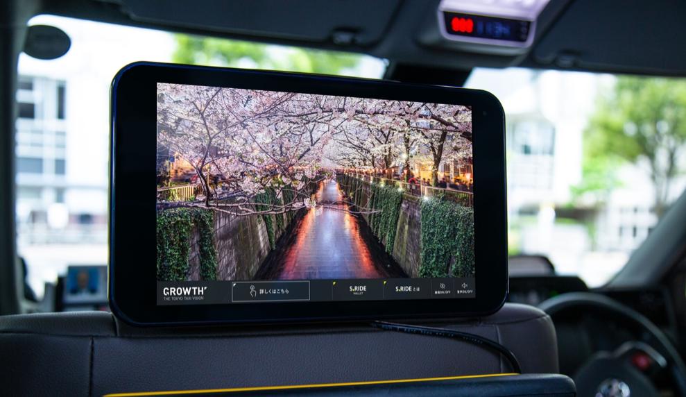 画像:タクシー内に設置されたタブレットサイズのデジタルサイネージ